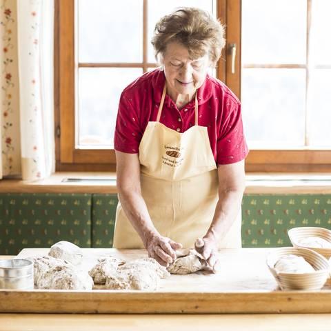 Brot backen mit Rosa Lanner beim Wanderniki