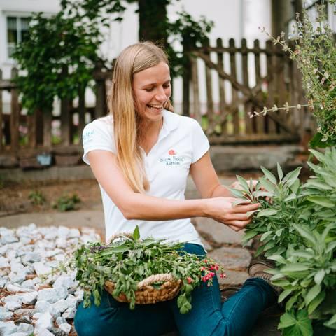 Slow Food Village Irschen Christina beim Kräuterpflücken