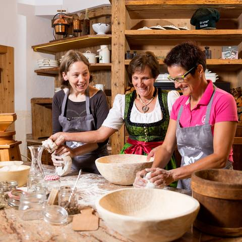Backen des Slow Food Presidio Lesachtaler Brot