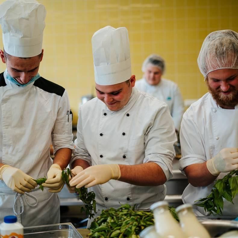 Beim Kochen SlowFood Schulen